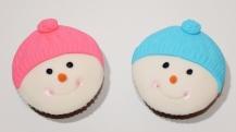 Cupcake à la vanille recouvert de fondant en forme de bonhomme de neige (les couleurs peuvent être modifiées)