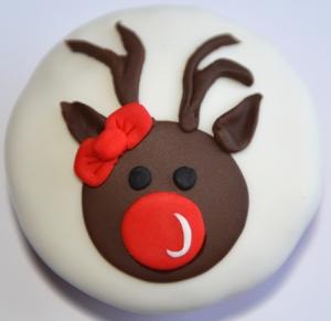 Cupcake à la vanille recouvert de fondant blanc et décoré avec un renne en fondant