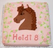 Gâteau à la vanille deux couleurs (rose et blanc) recouvert de fondant et décoré avec des fleurs en sucre et un cheval en fondant