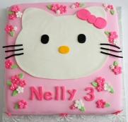Gâteau 12X12 à la vanille recouvert de fondant et décoré avec des fleurs en sucre et Hello Kitty en fondant.