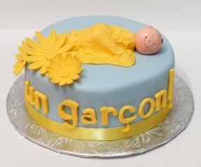 Gâteau 6'' au chocolat et crème au beurre, recouvert de fondant et décoré avec des fleurs et un bébé en sucre