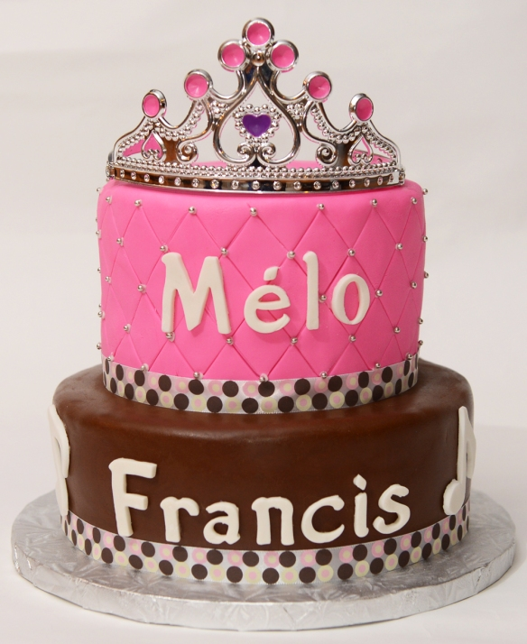 Gâteau 2 étages 6'' et 8'' chocolat et vanille recouvert de fondant rose et fondant au chocolat.