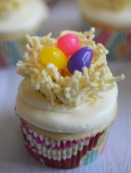 Cupcake à la vanille, crème a beurre meringue et nid d'oiseau sur le dessus