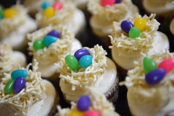 Cupcakes à la vanille, crème a beurre meringue et nid d'oiseau sur le dessus
