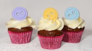 Mini cupcakes red velvet recouvert de glaçage au beurre meringue suisse et décoré avec des boutons en fondant.