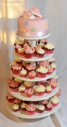 Gâteau de 7'', 3 layers red velvet et vanille avec crème au beurre meringue suisse et recouvert de fondant. Le gâteau est décoré de boutons en fondant et de petits botillons en gumpaste. La tour contient 70 cupcakes (mini et régulier) recouverts de crème au beurre meringue suisse.