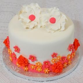 Gâteau 8 pouces à la vanille, crème au beurre meringue suisse. Recouvert de fondant et de fleurs en pastillage