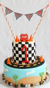 Gâteau 2 étages 8 pouces et 4 pouces à la vanille avec glaçage au beurre meringue suisse recouvert de fondant et décoré sous le thème de Flash McQueen.