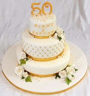 Gâteau 3 étages vanille et chocolat. Glaçage meringue suisse au beurre et recouvert de fondant. Roses, fleurs et décorations en pastillage.