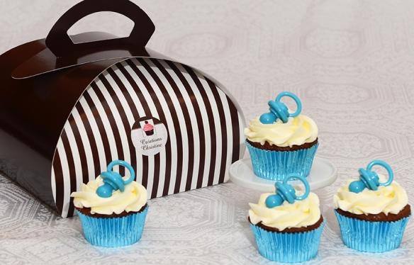 Cupcakes au chocolat, glaçage au beurre meringue suisse et suce en chocolat.