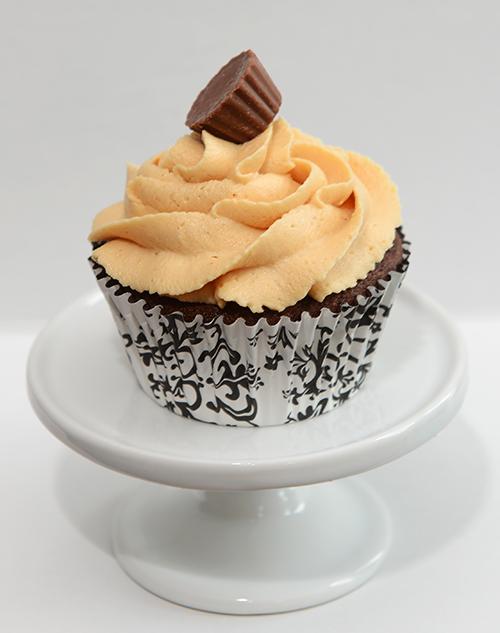 Cupcake au chocolat recouvert de crème au beurre/beurre d'arachide et décoré avec un chocolat au beurre d'arachide