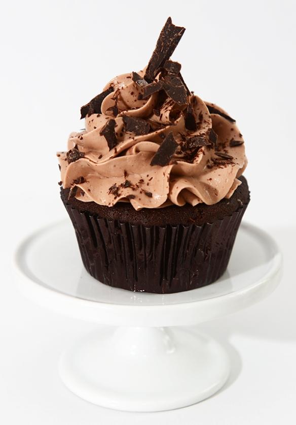 Cupcake au chocolat avec glaçage meringue suisse au chocolat et à la fraise, garnis de copeaux de chocolat