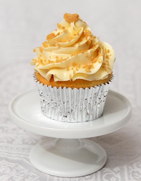 Cupcake à saveur de whiskey à l'érable et glaçage meringue suisse à l'érable, garnis de sucre d'érable