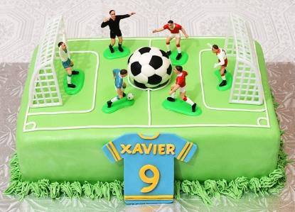 Gâteau 9X13 à la vanille et au chocolat avec glaçage au beurre meringue suisse recouvert de fondant et décoré avec un chandail et un ballon de soccer en fondant. - 60$