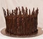 Gâteau 8 pouces au chocolat et à la bière Guinness recouvert de ganache au chocolat et décoré avec des morceaux de chocolat noirs.