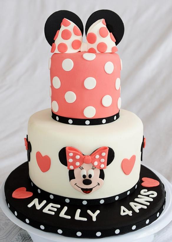 Gâteau 2 étages, 7 pouces à la vanille et 4 pouces au chocolat avec crème au beurre meringue suisse et recouvert de fondant.