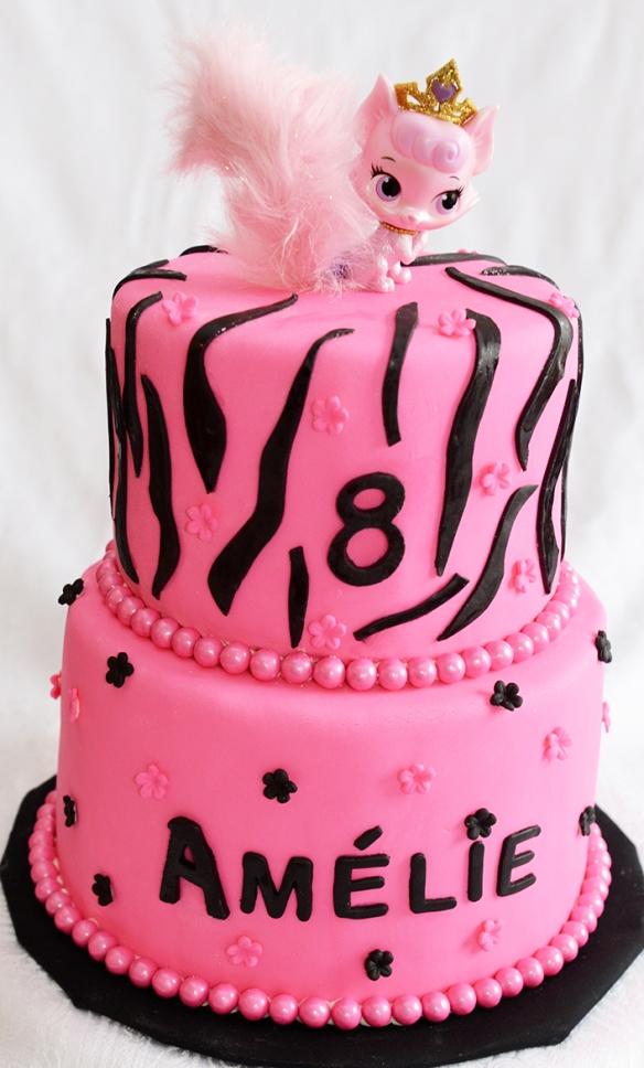 Gâteau 2 étages (6 pouces et 8 pouces) au chocolat avec glaçage meringue suisse à la vanille et recouvert de fondant.
