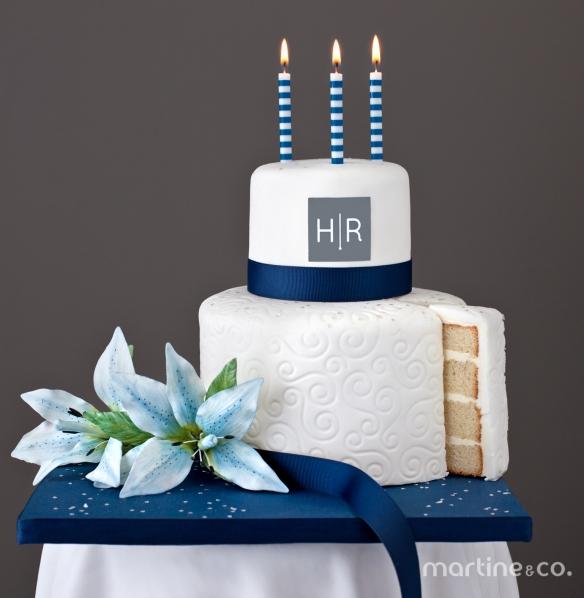 Gâteau 7 pouces à la vanille et 4 pouces au chocolat avec crème au beurre meringue suisse recouvert de fondant. Fleurs Lys en sucre. 80$