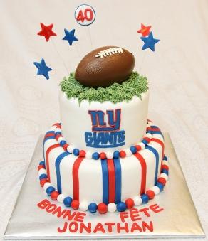 Gâteau 2 étages 7 pouces et 10 pouces au chocolat avec glaçage meringue suisse et recouvert de fondant. Ballon de football en chocolat.
