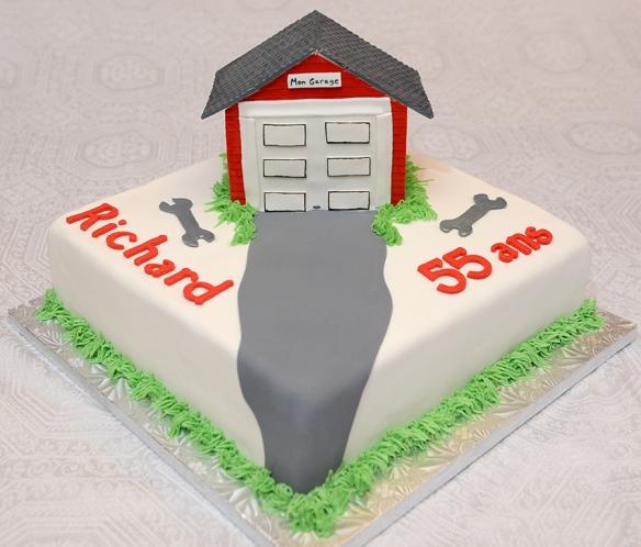 Gâteau carré de 10 pouces, moitié chocolat, moitié vanille avec glaçage meringue suisse à la vanille et recouvert de fondant. Garage en pastillage.