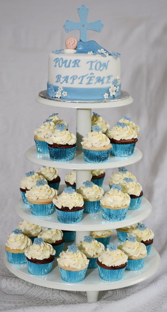 Gâteau 6 pouces à la vanille avec glaçage meringue suisse à la vanille recouvert de fondant et décoré d'une croix, bébé et fleurs en fondant. 30 cupcakes (vanille et chocolat) avec crème au beurre et fleurs en fondant.