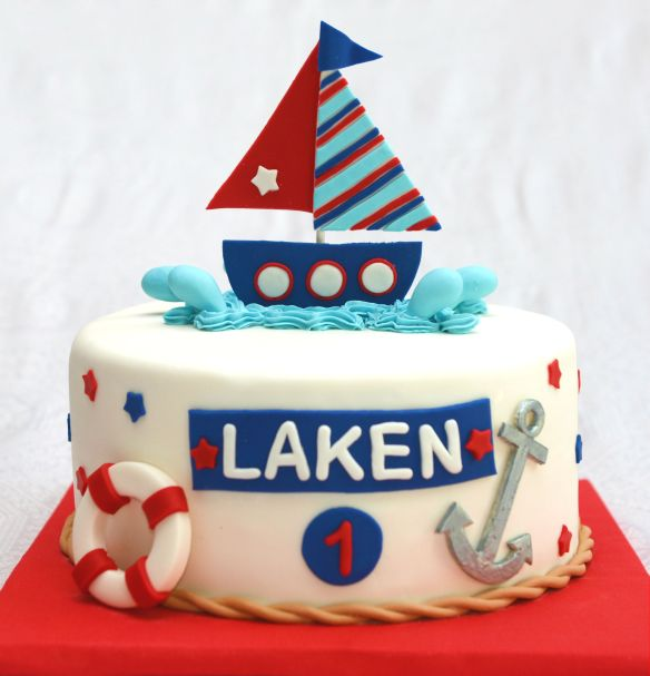 Gâteau 10 pouces à la vanille (bleu) et gâteau blanc. Décoré sous le thème matelot. Bateau et autres objets en fondant.
