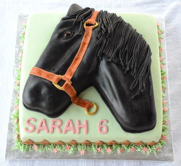 Gâteau carré 10 pouces et gâteau en forme de cheval au chocolat avec glaçage meringue Suisse à la vanille. Recouvert et décoré avec du fondant.
