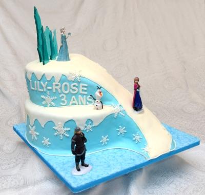 Gâteau de la reine des neiges (Frozen). 2 étages (vanille et chocolat) avec glaçage meringue Suisse à la vanille et recouvert de fondant.