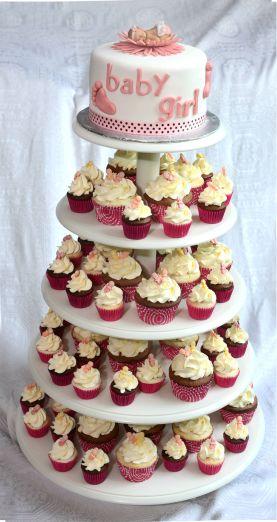 30 cupcakes (15 vanille, 15 chocolat) et 48 mini cupcakes (24 vanille et 24 chocolat). Recouverts de crème au beurre meringue Suisse à la vanille et suces en bonbon.