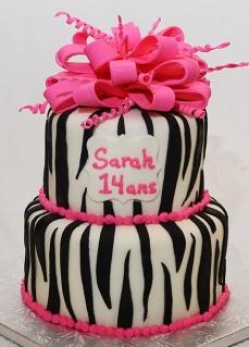 Gâteau deux étages 6 pouces (vanille) et 8 pouces (chocolat). Glaçage meringue Suisse à la vanille. Recouvert et décoré de fondant.