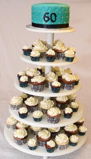 Gâteau 6 pouces à la vanille avec glaçage meringue Suisse à la vanille et recouvert de fondant. Cupcakes et mini cupcakes au chocolat et à la vanille.