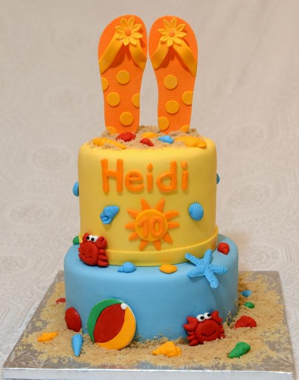 Gâteau 2 étages (8 pouces et 6 pouces) au chocolat avec glaçage meringue suisse à la vanille et recouvert de fondant. Décorations faites en pastillage.
