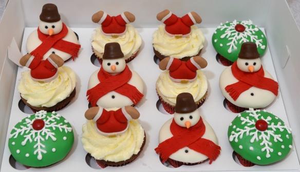 Cupcakes de Noël chocolat et vanille. Décorations en fondant.